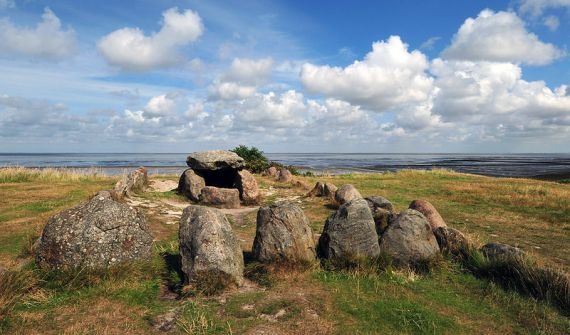 Megalithic_grave_Harhoog_in_Keitum,_Sylt,_Germany