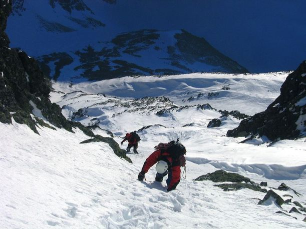 800px-Mountaineers_in_High_Tatry_mountains_winter