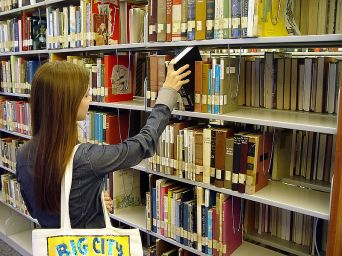 800px-SanDiegoCityCollegeLearingRecourceCity-bookshelf