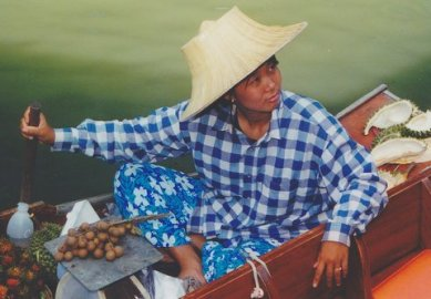 Rowing_saleswoman_on_a_boat_in_Thailand